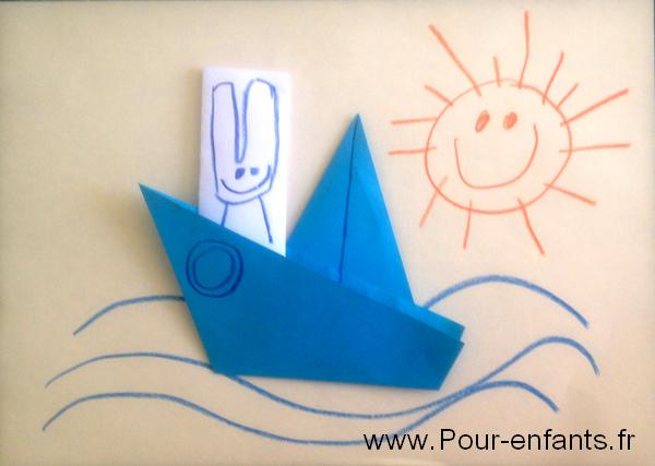 Exemple de dessin décoré avec un pliage de bateau facile